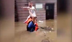 Powódź w południowych Chinach: dziesiątki zabitych. Wstrząsające wideo