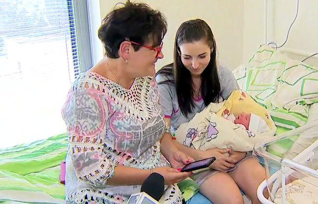 Młoda mama wraz z dzieckiem i babcią, która odebrała poród
