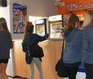 Sklepiki szkolne po zmianach - zamieszanie, na którym korzystają okoliczne sklepy
