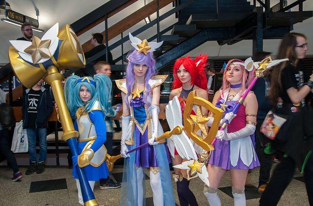 JINX (z lewej) oraz inne postacie z LoL. Cosplay w wykonaniu Namidanobaka.