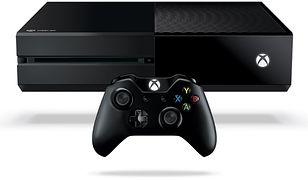 """Alternatywa dla Playstation 4 w postaci konsoli Microsoftu nie różni się od niej aż tak bardzo, jak chcieliby niektórzy. Dla większości graczy w przypadku tytułów wieloplatformowych różnica będzie niezauważalna. Może ich za to przekonać doskonały kontroler. Za Xboksem One przemawia również wsteczna kompatybilność – na konsoli już teraz grać można w wiele tytułów z Xboksa 360, a kolejne mają być przez Microsoft systematycznie dodawane do listy. Wystarczy mieć płytę z oryginalną grą z X360, a Xbox One pobierze z sieci pliki, pozwalające na jej uruchomienie. Jeżeli macie w domu gry na starszą konsolę Microsoftu lub znajomych z ich biblioteką, to warto to wziąć pod uwagę.   Pod względem tytułów dostępnych na wyłączność nie jest tu tak dobrze jak u Sony, ale i wśród propozycji Microsoftu gracze znajdą coś dla siebie. Tutaj szczególnie wyróżnia się """"Rise of the Tomb Raider"""" – nowa odsłona kultowej serii, kontynuacja jej przebojowego rebootu z 2013 roku. To jednak tytuł, w przypadku którego nawet sam producent nie ukrywa, że w końcu trafi i na Playstation 4.   Specyfikacja techniczna konsoli: • 8-rdzeniowy procesor • Układ graficzny AMD taktowany zegarem 853 MHz z 12 jednostkami przetwarzania (768 rdzeni shaderów) • 8 GB pamięci RAM GDDR3 2133 MHz • 500 GB lub 1 TB wbudowany dysk twardy  Najważniejsze tytuły dostępne na wyłączność:  • """"Halo 5: Guardians"""" • """"Rise of the Tomb Raider"""" • """"Forza Motorsport 6"""" • """"Sunset Overdrive"""" • """"Titanfall"""" • """"Dead Rising 3"""""""