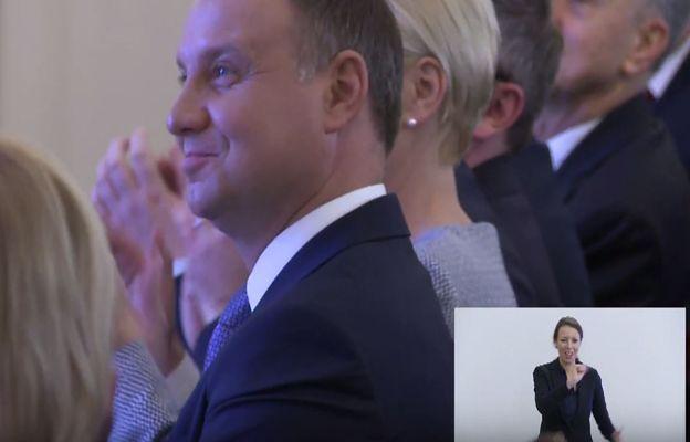 Raper wystąpił przed prezydentem Dudą. Całe show skradła jednak tłumaczka języka migowego