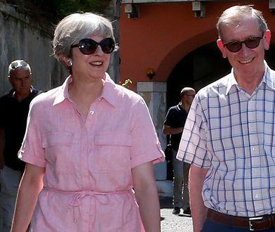 Theresa May w sukience z popularnej sieciówki. Postawiła na kolor Millenialsów!
