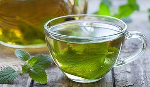 Napar z liści melisy to doskonały sposób na dolegliwości żołądkowe