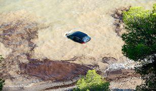 Samochód uwięziony podczas powodzi w Hiszpanii