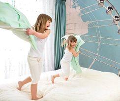 Dekoracje do pokoju dziecka: naklejki ścienne i fototapety
