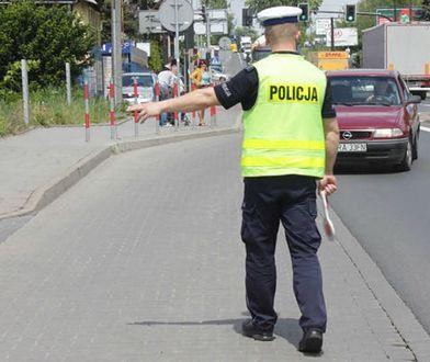 Auto staranowało policjanta. Trzech zatrzymanych po pościgu