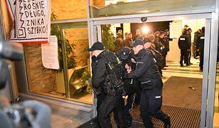 Policja wynosi protestujących z siedziby Lasów Państwowych w Warszawie