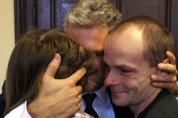 Rodzice Dawida i Daniela oraz Wojciech Leszek Pomorski, prezes Polskiego Stowarzyszenia Rodzice Przeciw Dyskryminacji Dzieci w Niemczech, po ogłoszeniu postanowienia sądu