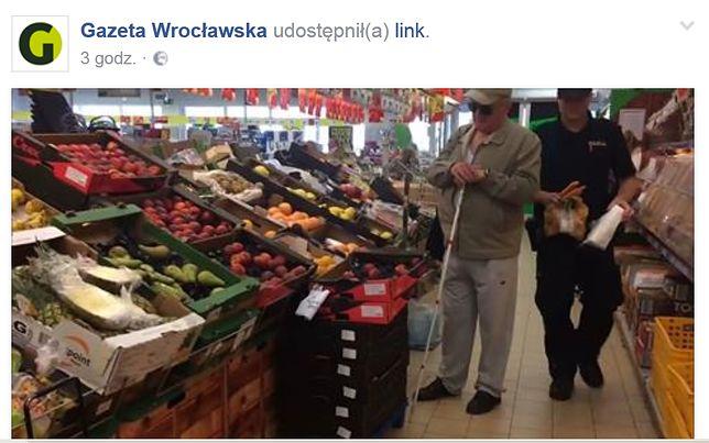 Niewidomy 73-latek robił zakupy w Biedronce. Obsługa odmówiła mu pomocy