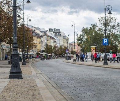 """Wiemy, dlaczego pęka bruk na Krakowskim Przedmieściu. Przez """"zły materiał"""""""