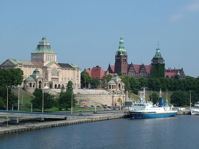 Wały Chrobrego w Szczecinie położone są na lewym brzegu Odry