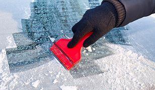 Akcesoria, które warto wozić zimą w samochodzie