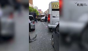 Rosja: rozpędzona ciężarówka taranuje samochody stojące w korku