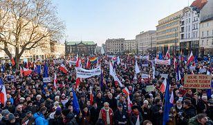 """Trwają demonstracje KOD pod hasłem """"Wolne media"""". Manifestanci na ulicach 19 miast Polski"""