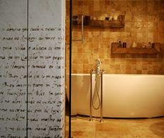 Aranżacja eleganckiej łazienki. Kamień w łazience