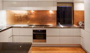 Ściany w kuchni nietypowo. 6 pomysłów na ich aranżację bez płytek