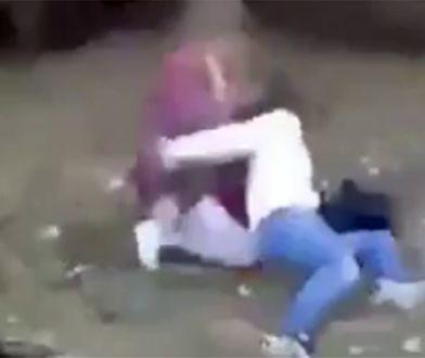 Atak nagrała koleżanka napastniczki.