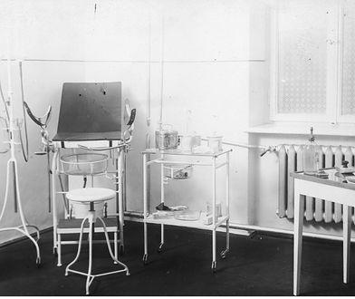 Wnętrze gabinetu ginekologicznego. Zdjęcie ze zbiorów Narodowego Archiwum Cyfrowego