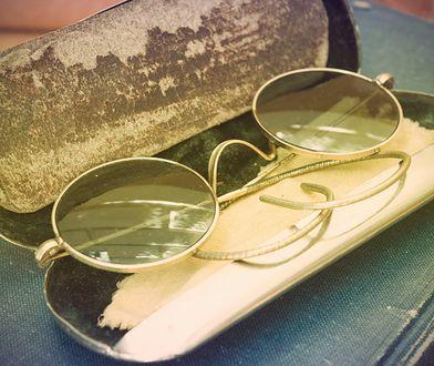Z rzeźby Johna Lennona okulary znikały zbyt często, wtedy zdecydowano się na ochroniarza