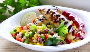 Sałatka meksykańska z grillowanym kurczakiem.