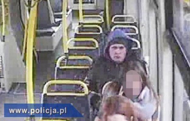 """Policja złapała """"Fryzjera"""". Mężczyzna obcinał kobietom włosy w komunikacji miejskiej"""