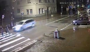 Groźne potrącenie w Pruszkowie. Nastolatki wpadły wprost pod samochód [WIDEO]