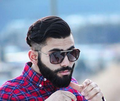Męskie fryzury coraz częściej polegają na zaczesywaniu włosów