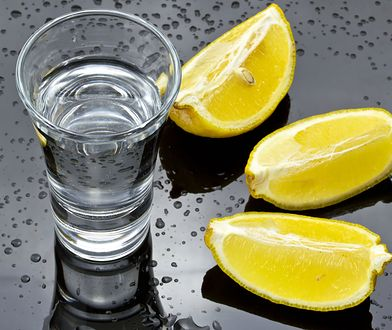 """Wódka nie tylko do picia. 10 genialnych zastosowań popularnej """"czystej"""""""