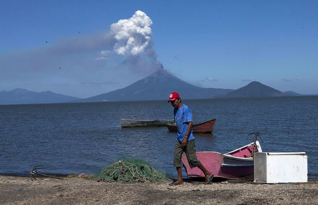 epa05052110 A fisherman is backdropped by the Momotombo volcano in the community of Mateares, Nicaragua, 02 December 2015. Momotombo volcano began to spew ash and smoke after 110 years of inactivity, according to the Nicaraguan Institute of Territorial Studies. Authorities haven't reported any damage.  EPA/Mario Lopez  Dostawca: PAP/EPA.