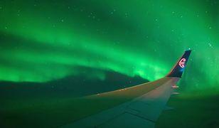 Hipnotyzująca zorza polarna widziana z okna samolotu