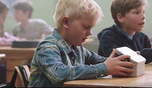 Uczmy nasze dzieci pomagać innym. To wzruszające wideo pokazuje, że wystarczą małe gesty