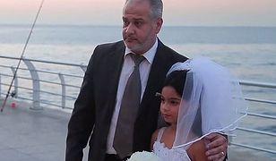 12-latka pozuje z mężem na ulicy. Przechodnie gratulują