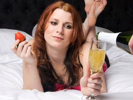 Szampan i truskawki zawsze działają? Osiem mitów, dotyczących życia intymnego