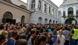 Uczniowie polskich szkół na Litwie wraz z rodzicami uczestniczyli w mszy przed Kaplicą Ostrobramską w Wilnie