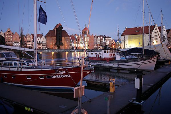 Przystań jachtowa na tle Długiego Pobrzeża w Gdańsku