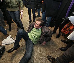 Bójka między kupcami a ochroniarzami w przejściu podziemnym w Warszawie