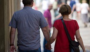 Zainteresowanie życiem towarzyskim utrzymuje się na podobnym poziomie wśród mężczyzn i kobiet