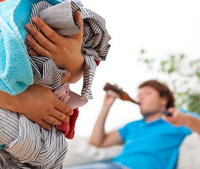 Para spędza wolny czas. Ona zajmuje się dzieckiem, on pije piwo.