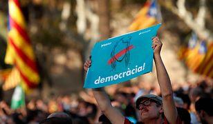 Kiedy szef katalońskiego rządu przemawiał w parlamencie wokół gmachu demonstrowały tysiące Katalończyków.