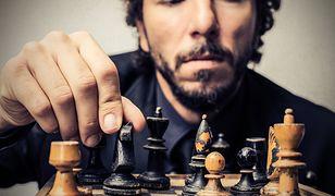 Gra w szachy wymaga przemyślenia każdego ruchu figury