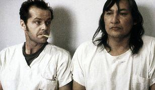 Kadr z filmu, Jack Nicholson jako Randle Patrick McMurphy i Will Sampson jako Wódz Bromden.