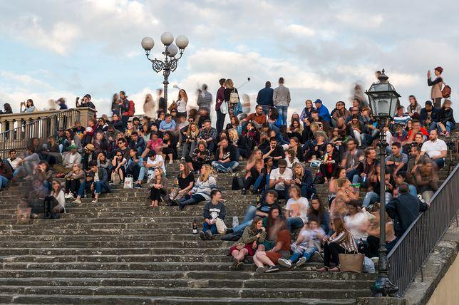 We Florencji walczą z turystami jedzącymi przy zabytkach