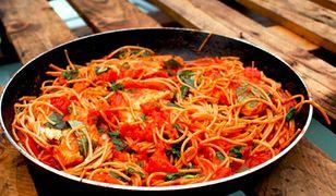 Makaron w maślano-pomidorowym sosie z kurczakiem. Szybka i prosta propozycja na obiad