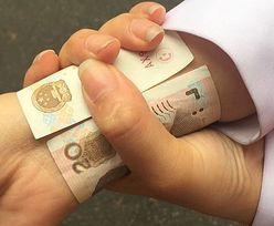 Dziewczyny chwalą się ciałem... zwijając banknot