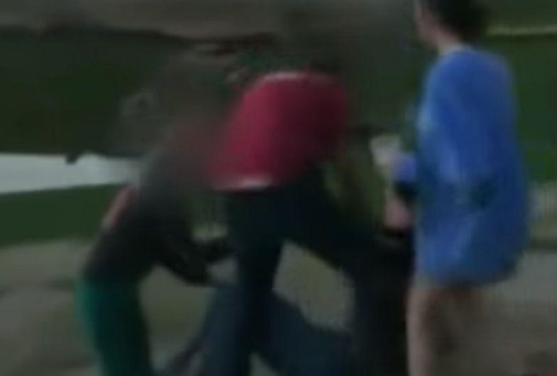 """Mężczyzna w średnim wieku zaatakował trzy nastolatki, które nie przestrzegały zasad """"dystansu społecznego""""."""