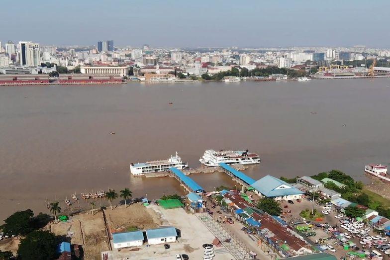 Azja. Kapitan statku wyskoczył za burtę, żeby ratować tonącą kobietę