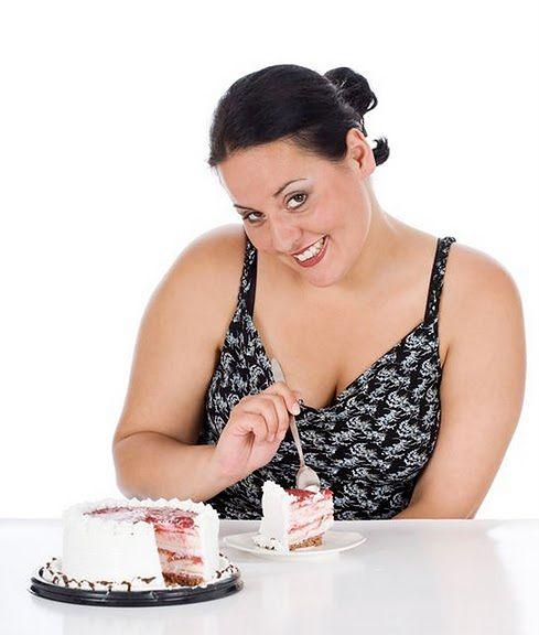 Kobieta z kawałkiem ciasta