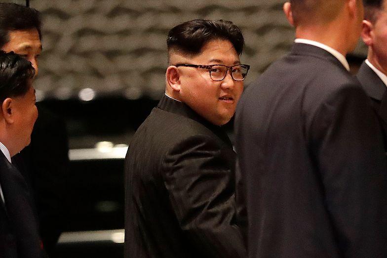 Kim Dzong Un jak gwiazdor rocka. Nagranie prosto z Singapuru