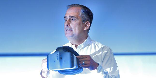 CEO Intela, Brian Krzanich, z goglami Projetc Alloy (źródło: Intel.com)